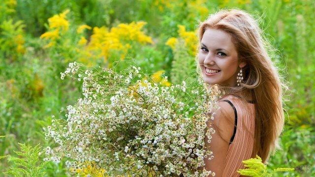 Девушка с букетом полевых цветов