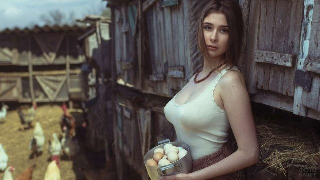 Девушка с яйцами в кастрюле