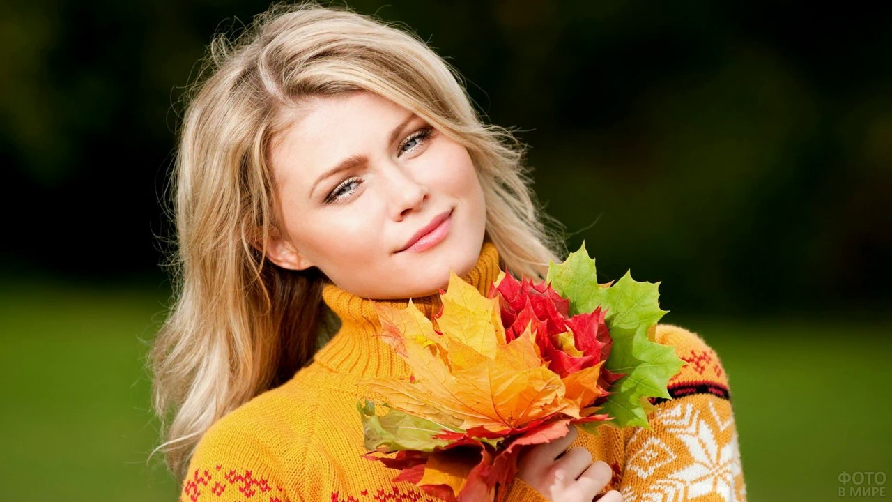 Девушка с кленовыми листьями