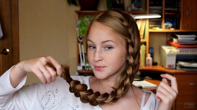 Девушка с косой и веснушками