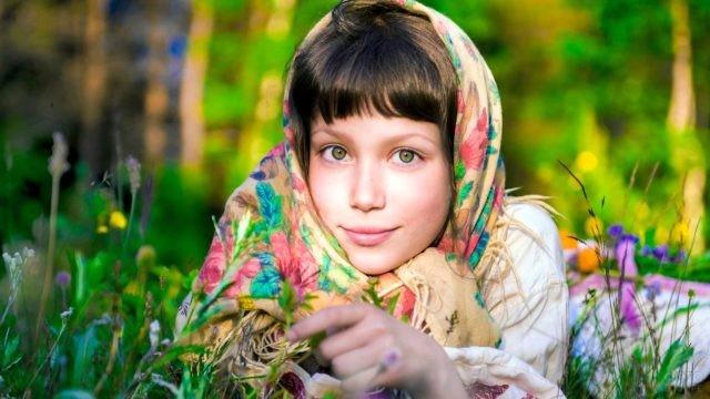 Девушка в платке лежит на лугу