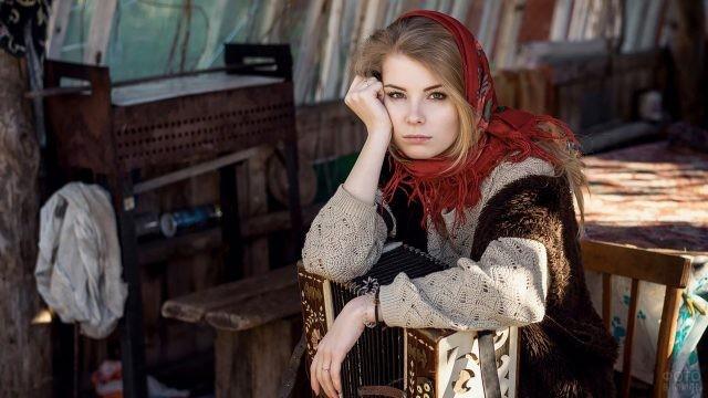 Девушка в платке с гармонью