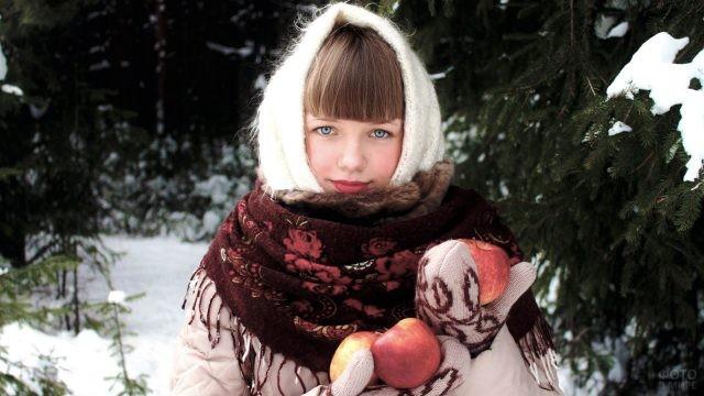 Девушка зимой с яблоками