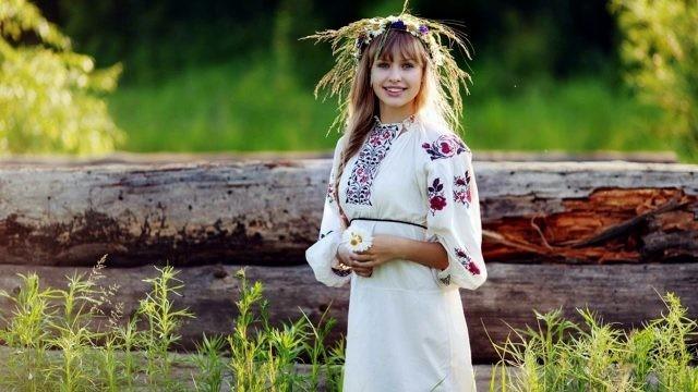 Русская девушка с венком из цветов