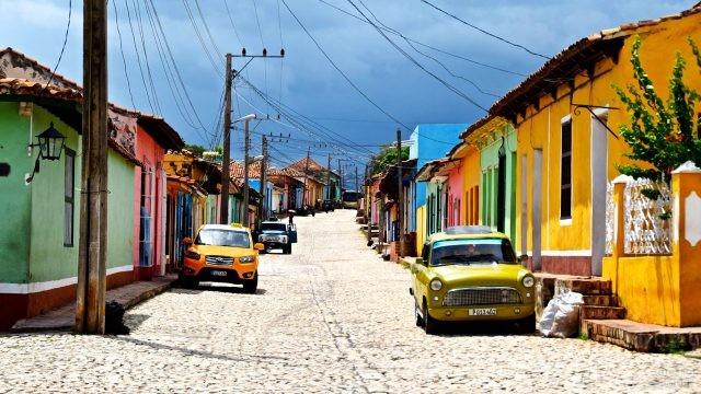 Аутентичная пёстрая кубинская улочка