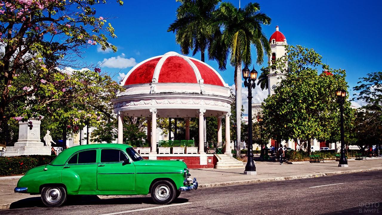 Авто и ротонда на цветущей улице в Гаване