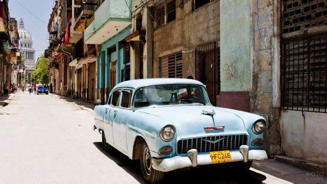 Автомобиль середины 20-го века на улице Гаваны