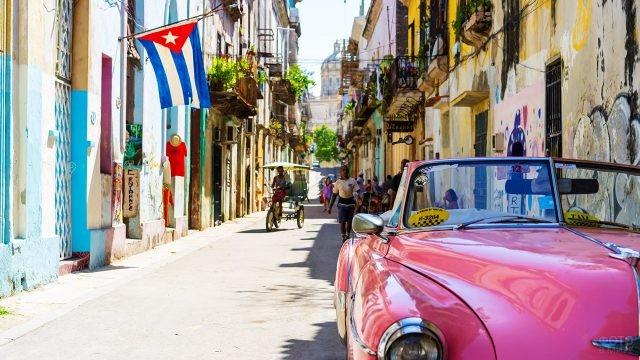 Флаг Республики Куба на туристической улочке в Гаване