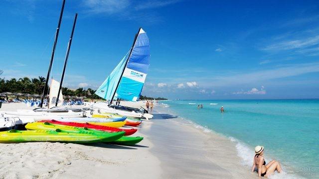 Каяки и парусные лодки на пляже Варадеро