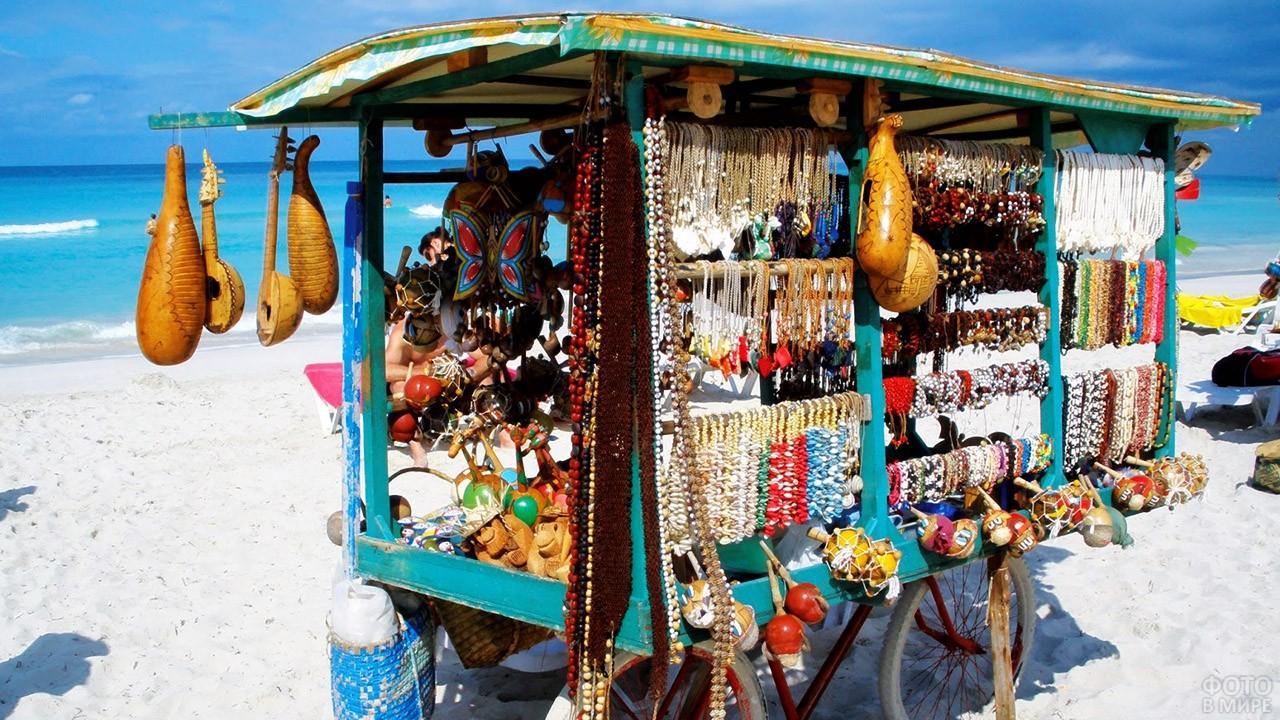 Красочный лоток с кубинскими сувенирами
