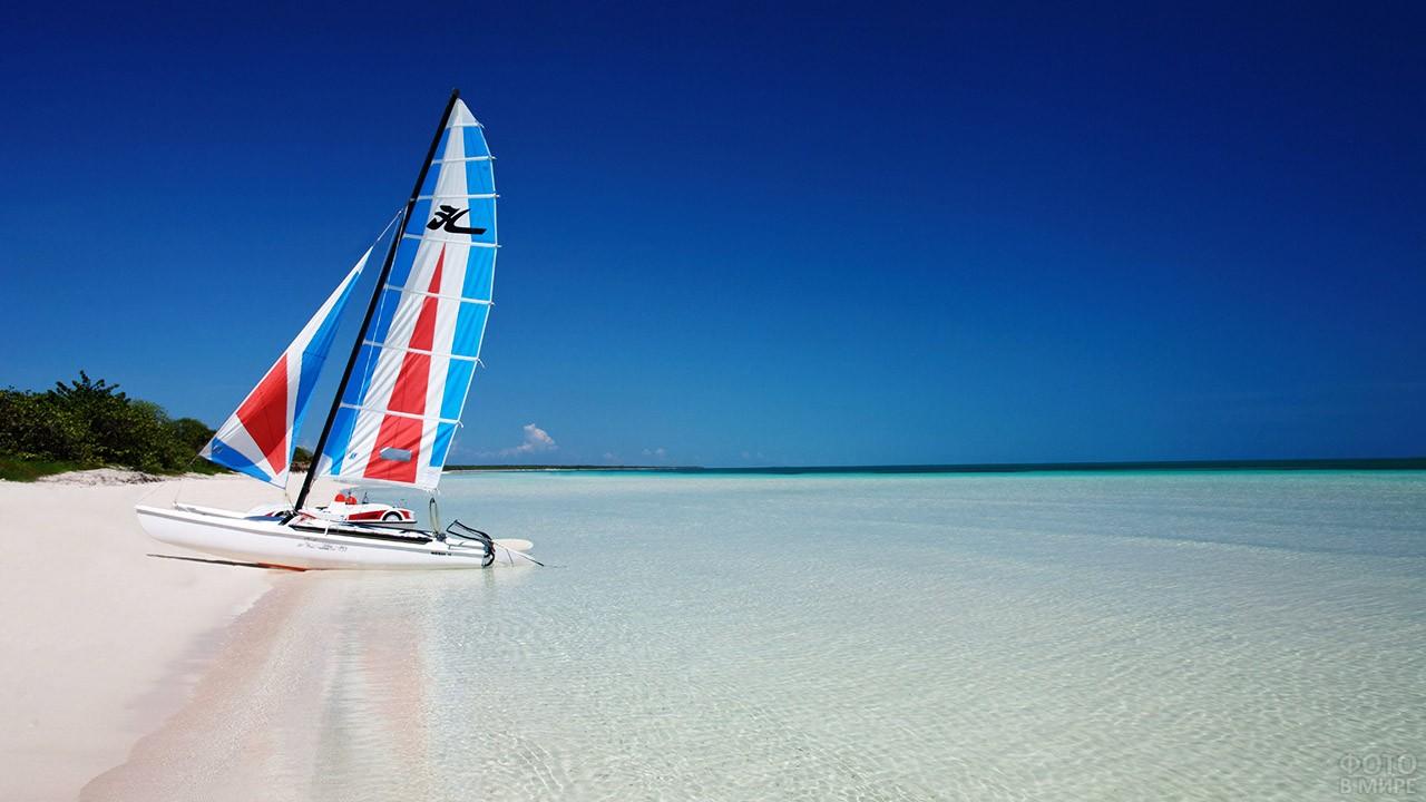 Парусная лодка на пляже острова Кайо Кока