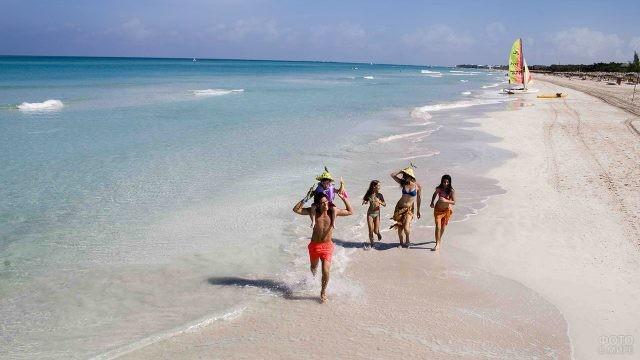 Семья резвится на пляже Варадеро