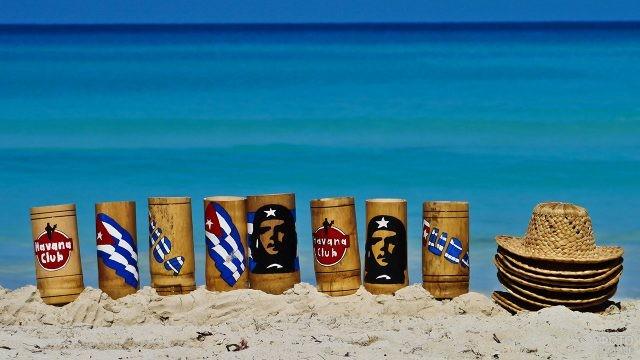 Шляпы и сувенирные стаканы на песке пляжа