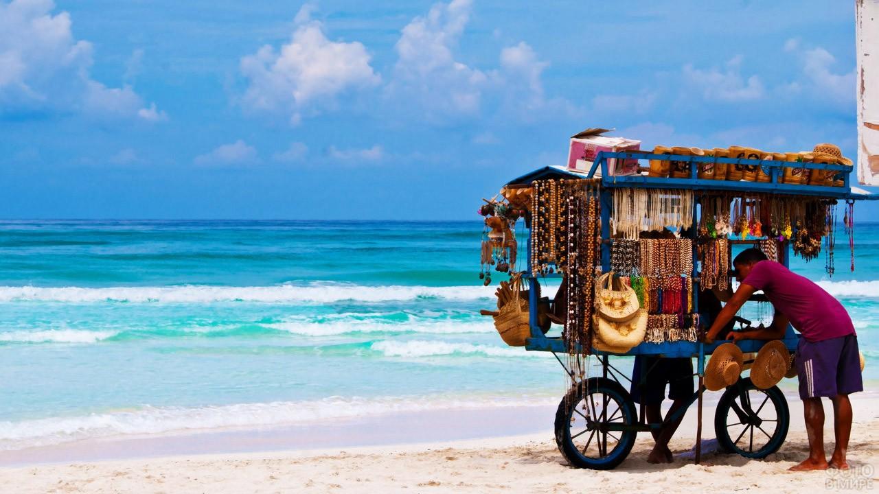 Торговец сувенирами на пляже Варадеро