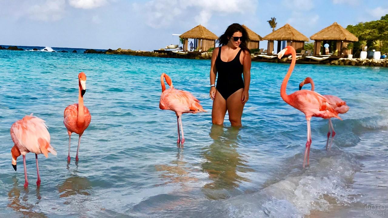 Туристка с розовым фламинго на пляже Кайо Кока