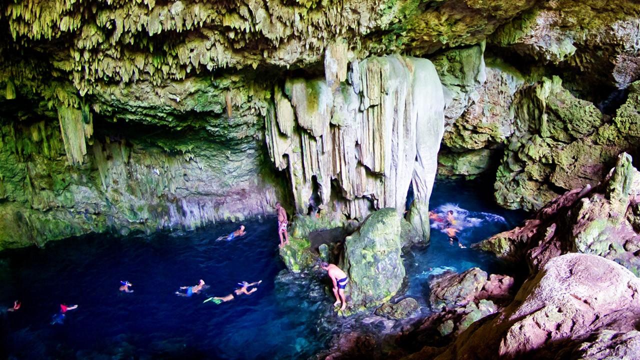 Туристы купаются в пещере Сатурна в Варадеро