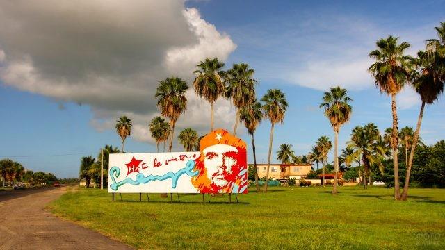 Указатель с портретом Че Гевары на въезде в Варадеро