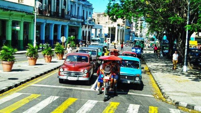 Велорикша на оживлённом перекрёстке в Гаване