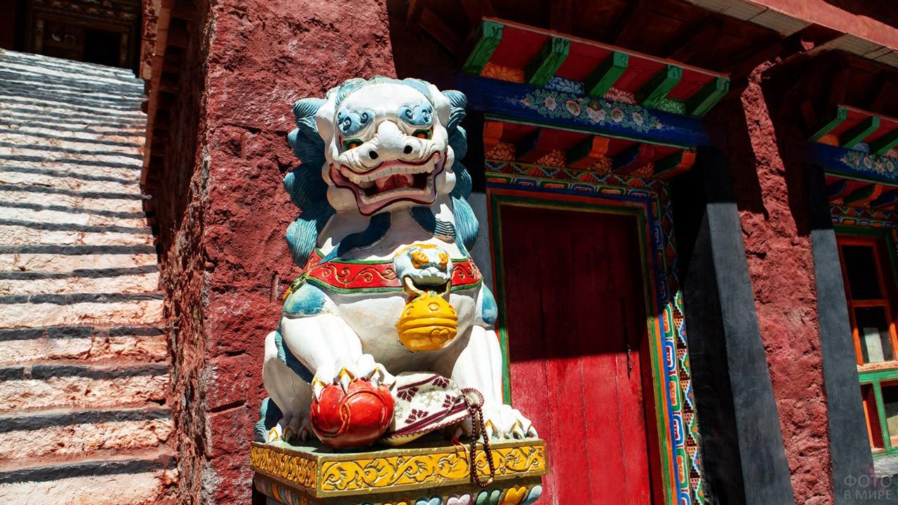 Аутентичный оберег у входа в монастырь Дирапук