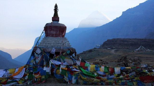 Флажки на маршруте коры - пути вокруг Священной горы