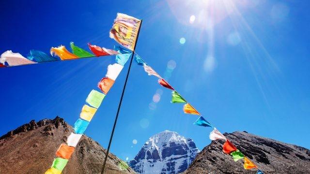 Флажки с мантрами в тибетском месте силы