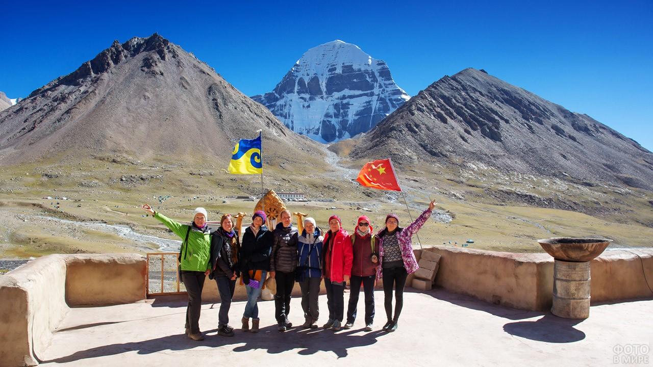 Группа туристов на крыльце монастыря Дирапук