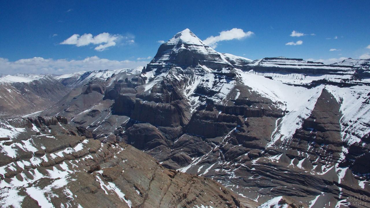 Хребет Кайлас горной системы Гангдисе на юге Тибетского нагорья