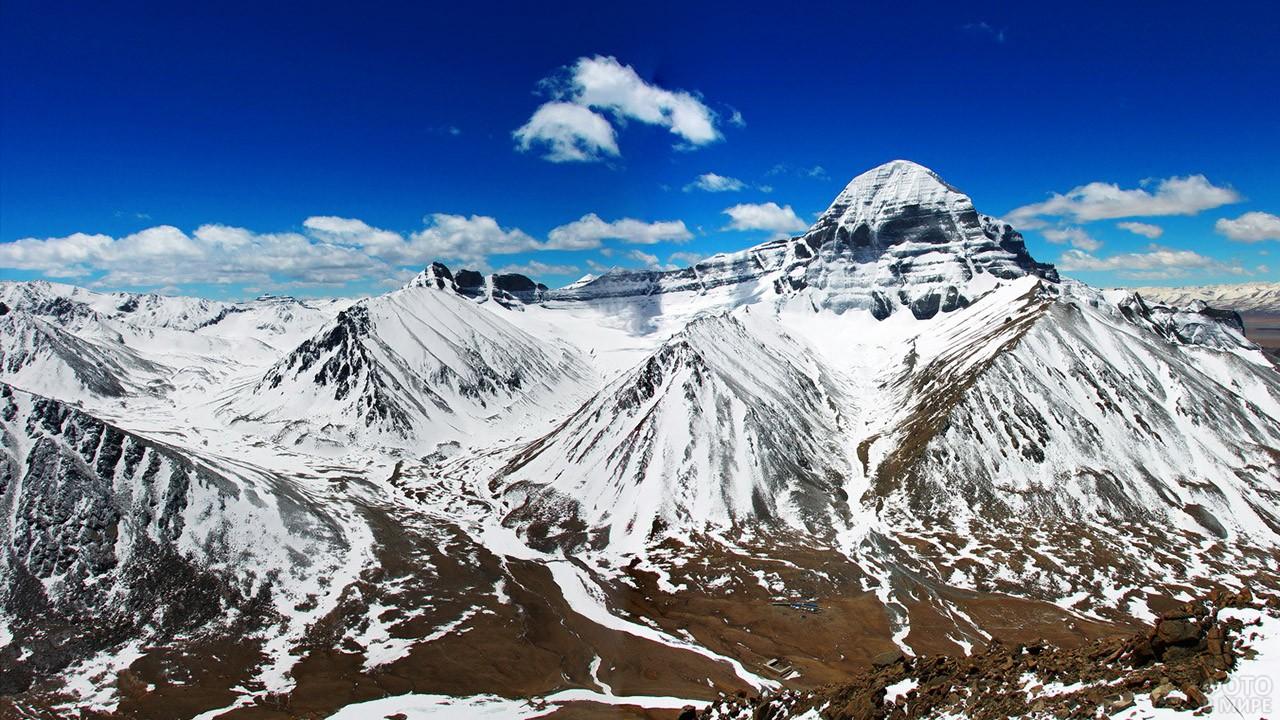 Непокорённая гора Кангрибоче на заснеженном тибетском хребте