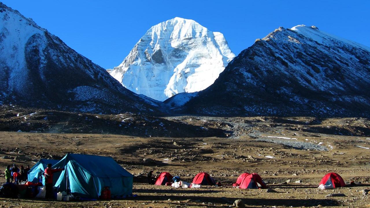 Палаточный лагерь с видом на Священную гору