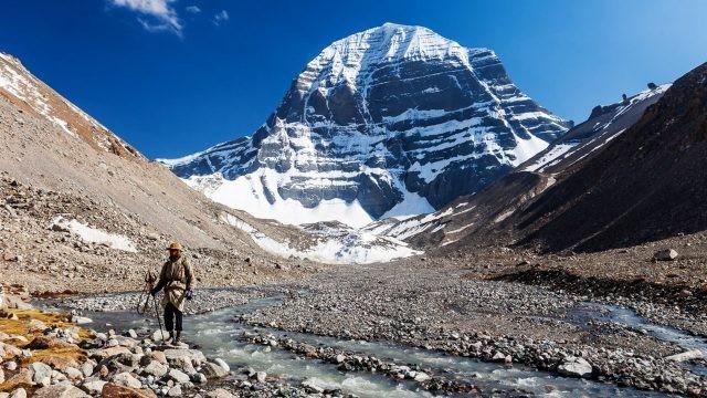 Паломник совершает кору вокруг священной горы