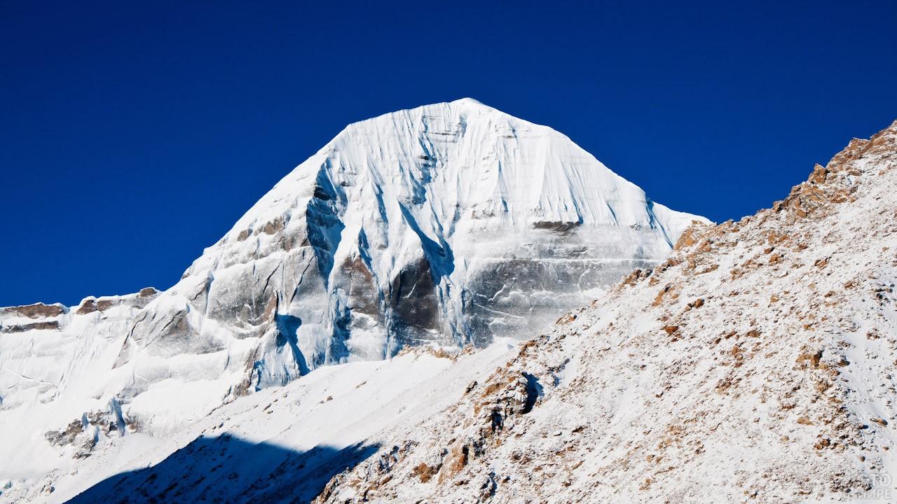 Сориентированная по сторонам света четырёхгранная гора Кангрибоче