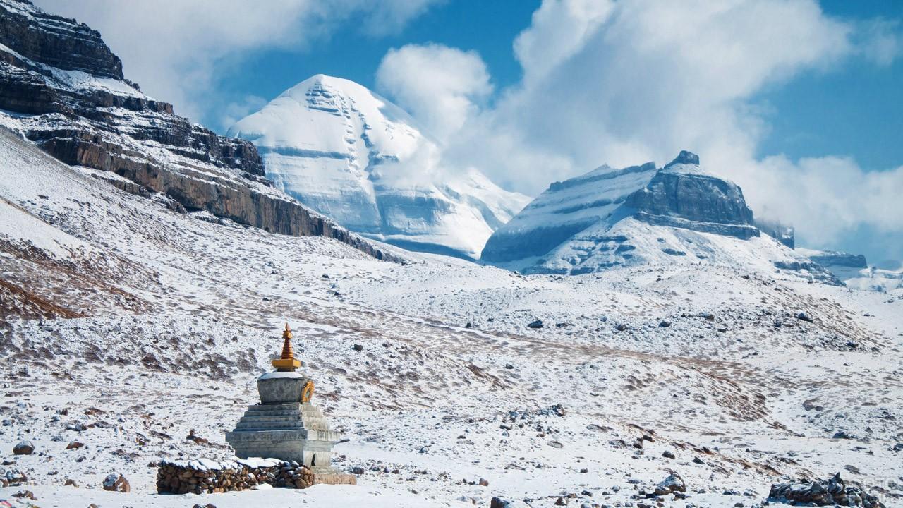 Тибетская ступа у основания горы с южной стороны