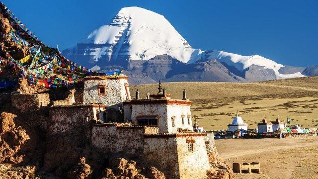 Тибетские постройки у основания горы Кангрибоче