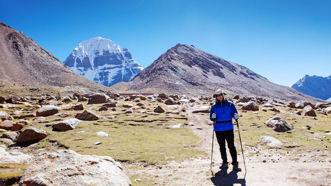 Турист на священном маршруте-коре вокруг горы