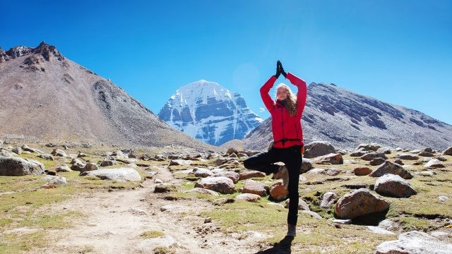 Туристка в позе йоги