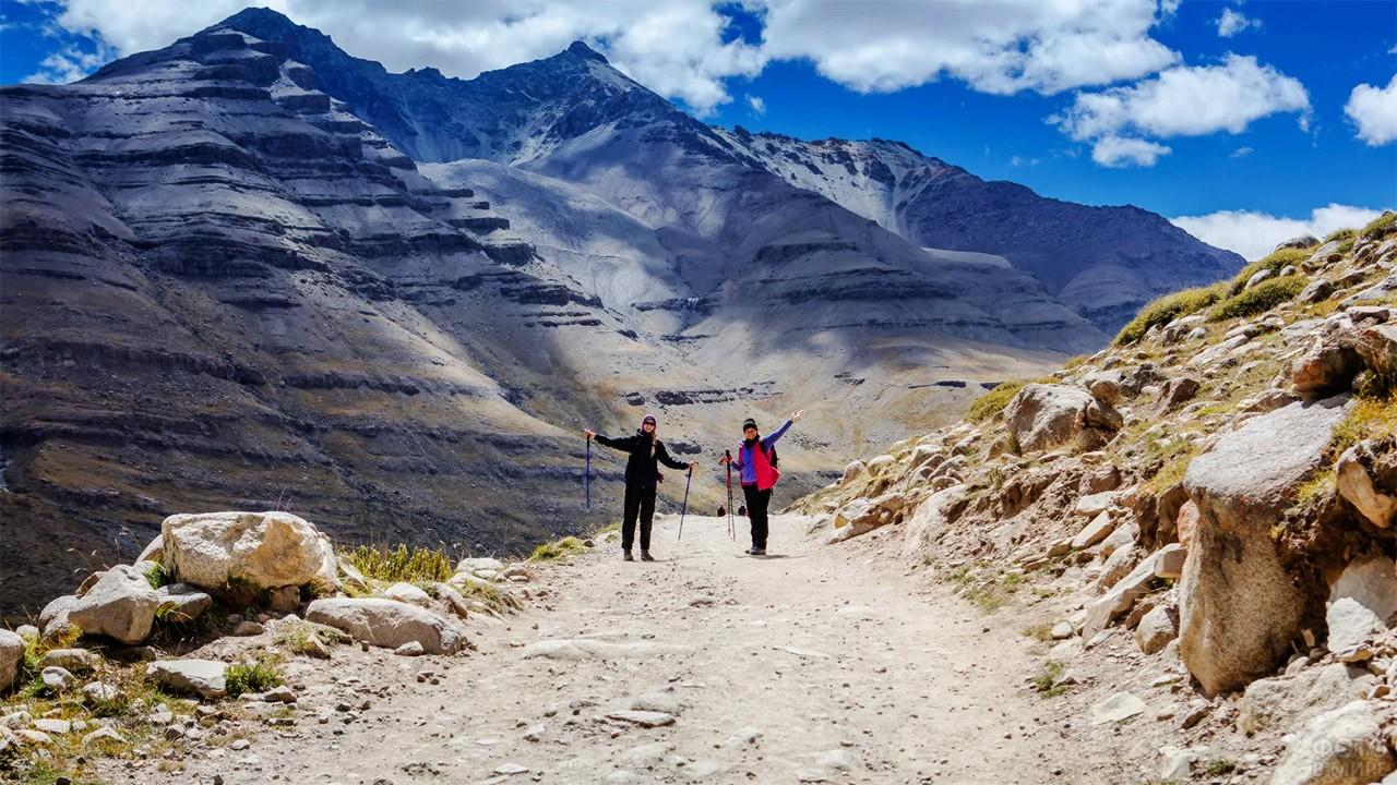 Туристки на тропе вокруг Священной горы