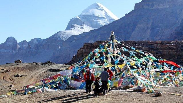 Туристы-треккеры на месте силы в Тибете