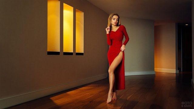 Босоногая блондинка в длинном красном платье