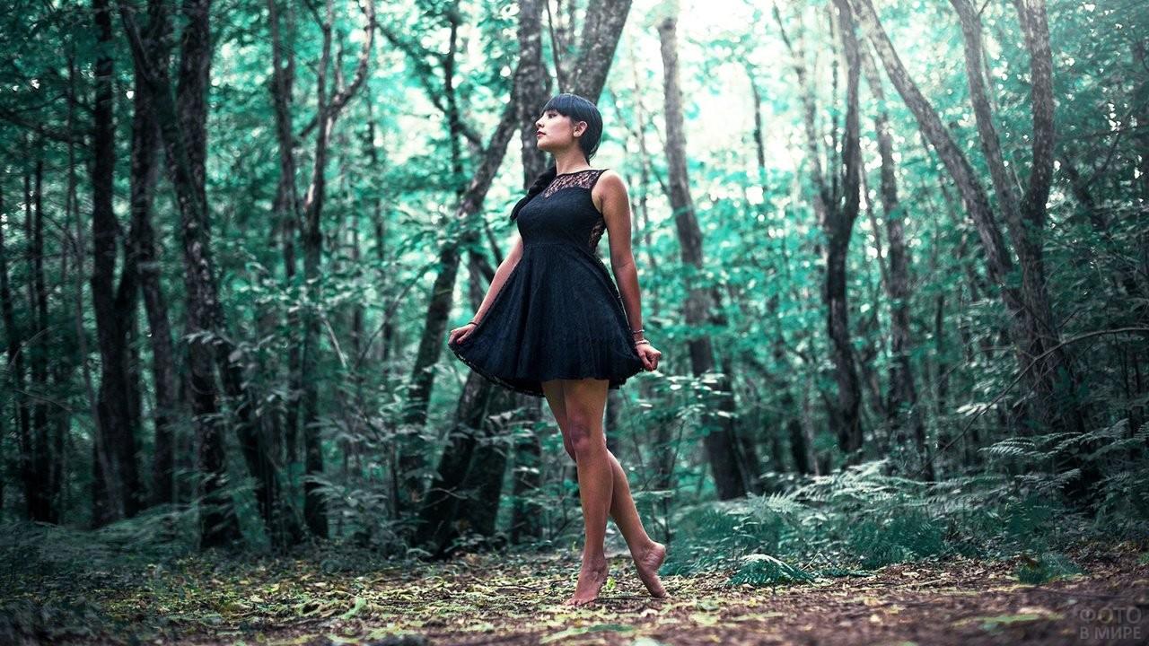 Босоногая девушка идёт по лесу