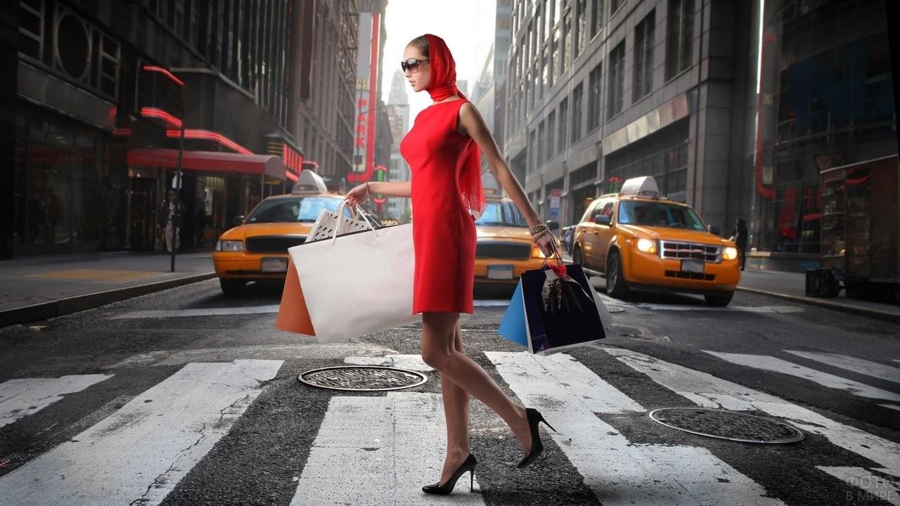 Девушка с покупками переходит дорогу
