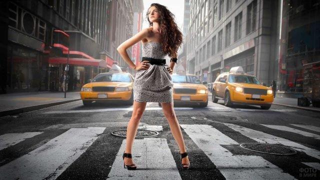 Девушка стоит на дороге