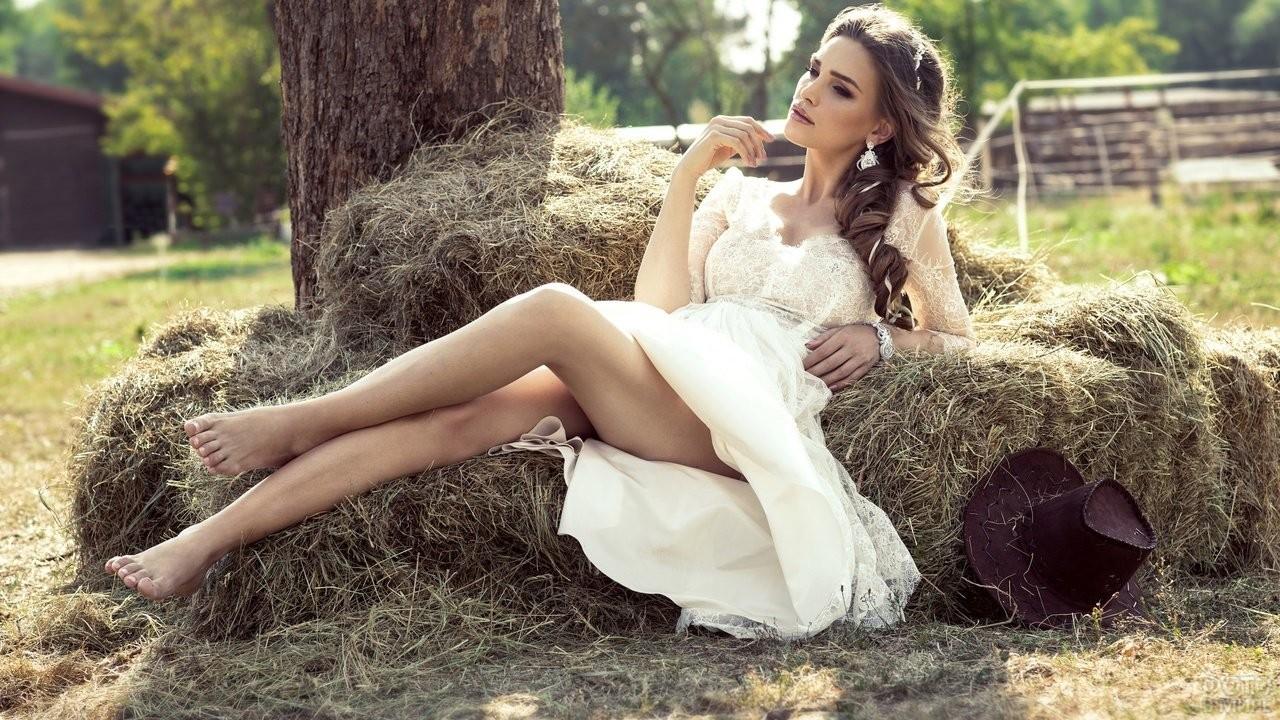 Девушка в белом платье на сене