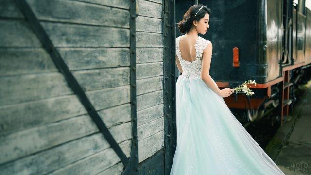 Девушка в белом платье у товарного поезда