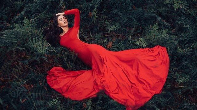 Девушка в длинном красном платье