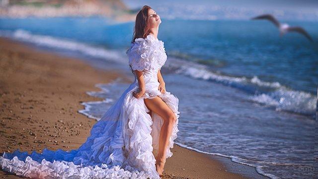 Девушка в длинном платье на берегу