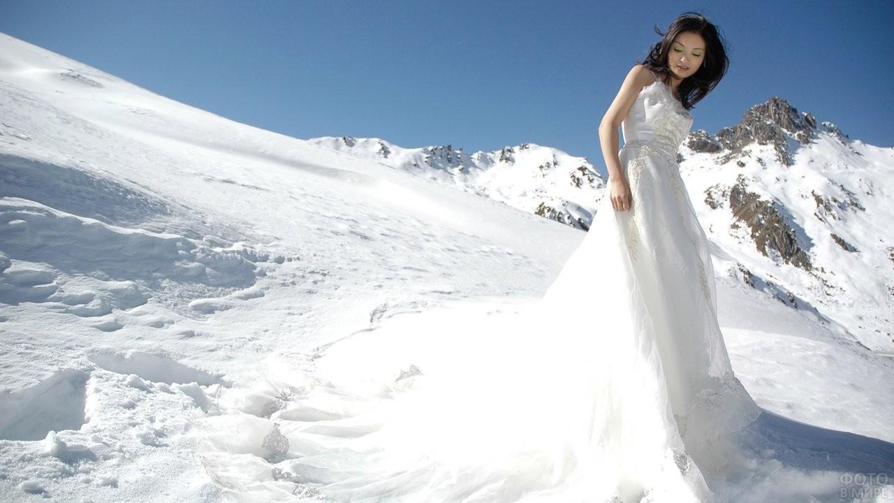 Девушка в горах в белом платье