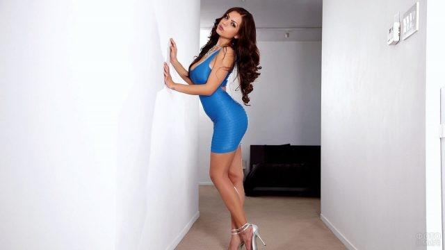 Девушка в обтягивающем синем платье