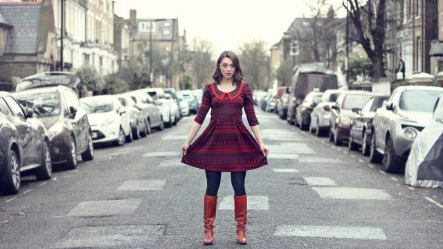Девушка в платье и сапогах на дороге