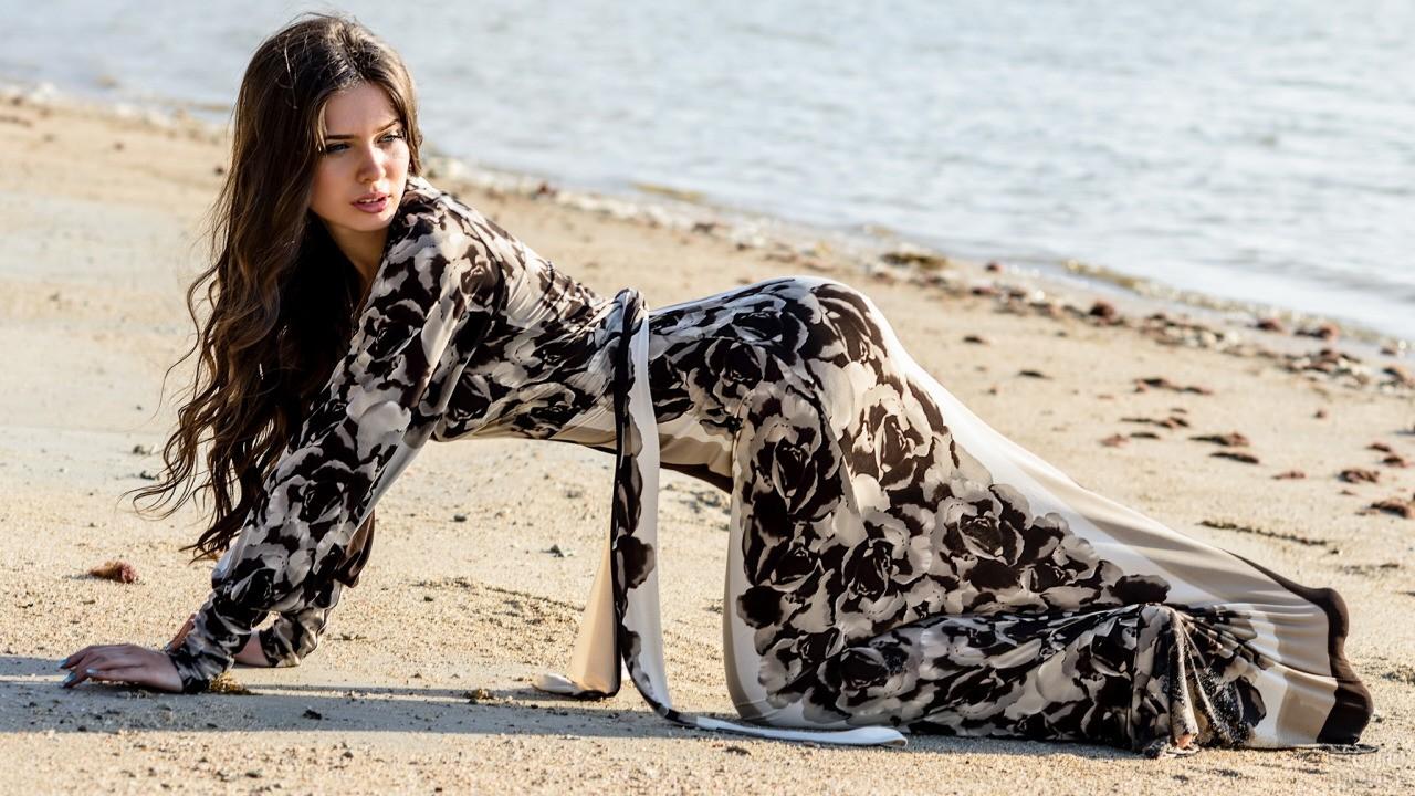 Девушка в платье на песке