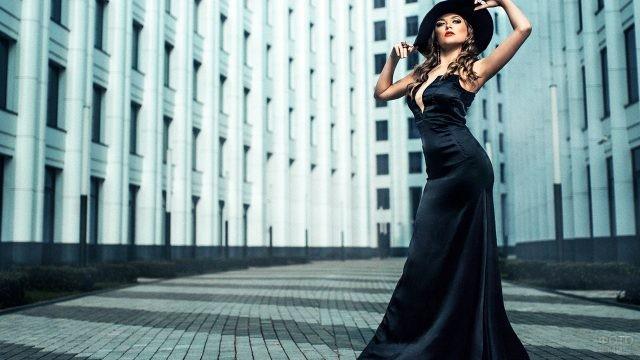 Девушка в шляпе на улице города